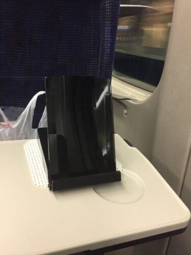 新幹線の台の上に滑り止めシートを置いている画像