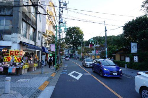 路地から大通りに出ると、左に曲がる