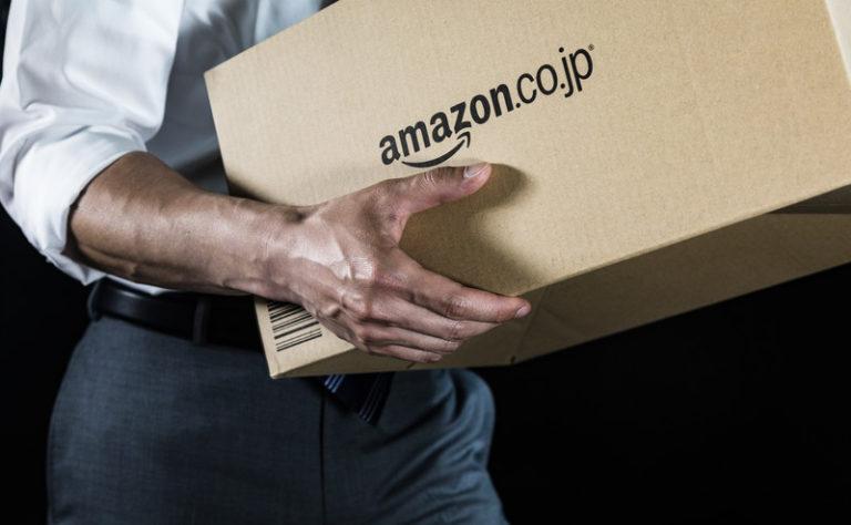 アマゾンの箱を持つ人