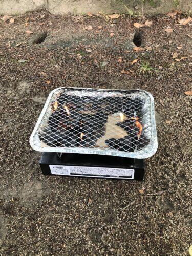簡単バーベキューの炭に火をつけたところ