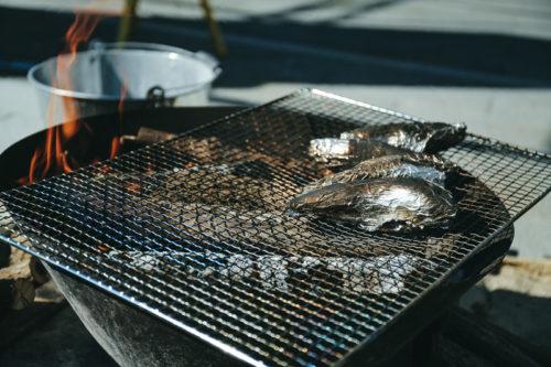 炭火焼で魚を焼いているところ
