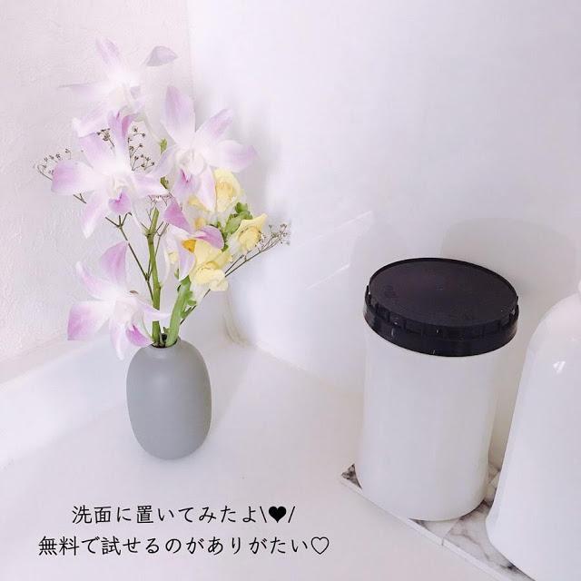 洗面台に花を飾っている